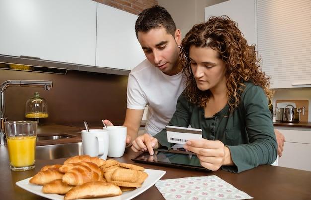 Portret van een jong koppel met elektronische tablet en creditcard kopen op internet. online winkelconcept.