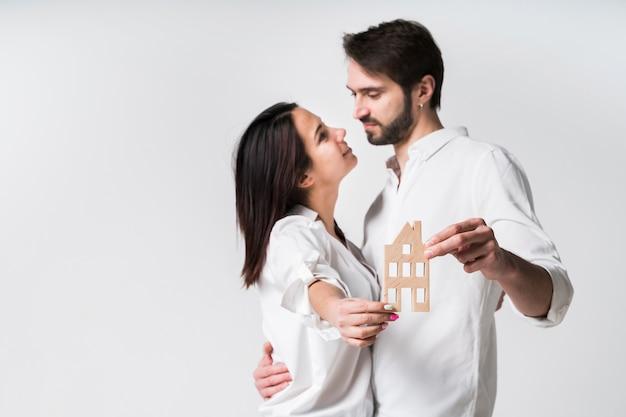 Portret van een jong koppel samen verliefd