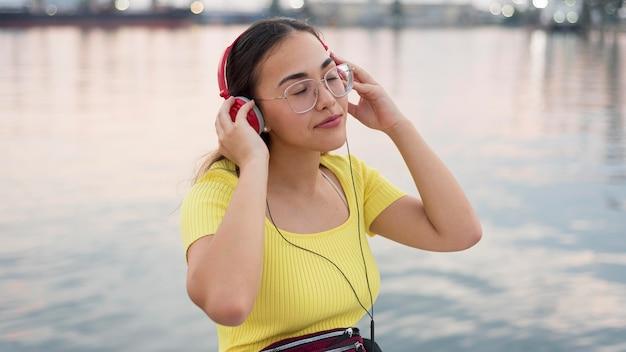 Portret van een jong meisje dat aan muziek luistert