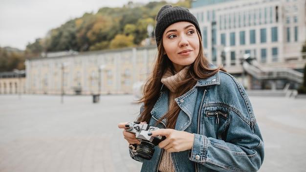 Portret van een jong meisje dat een professionele camera houdt