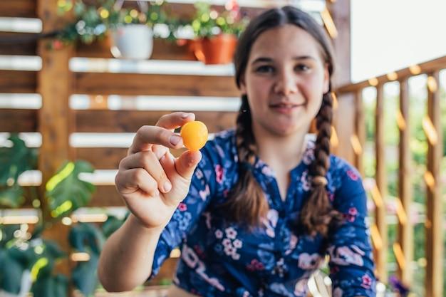 Portret van een jong meisje dat een vrucht houdt