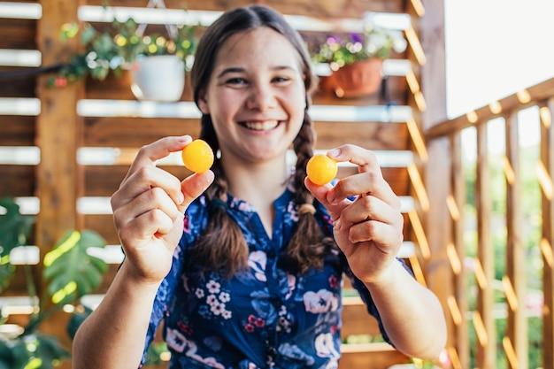 Portret van een jong meisje dat heerlijke vruchten houdt
