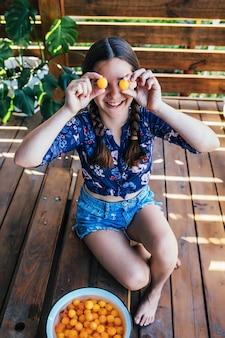 Portret van een jong meisje dat met fruit speelt