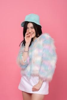 Portret van een jong meisje dat op roze lacht