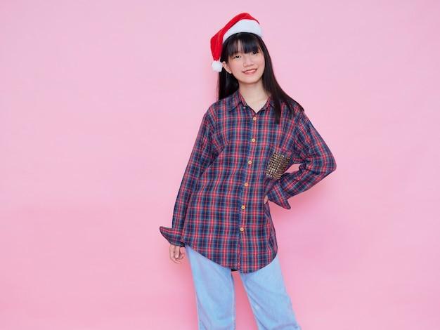 Portret van een jong meisje dat santahoed draagt. kerst concept.