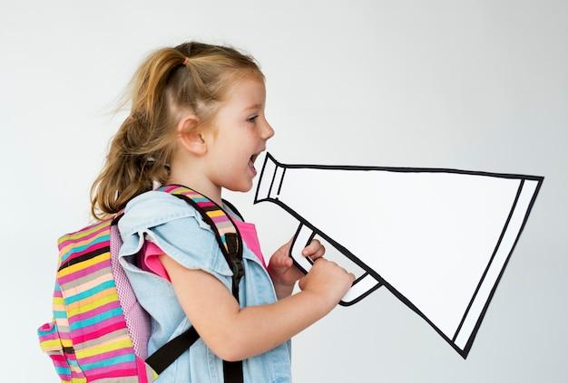 Portret van een jong meisje met een megafoon