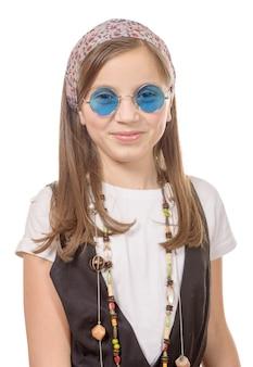 Portret van een jong meisje met een sjaal in het haar, hippiestijl