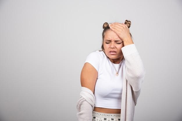 Portret van een jong meisje met hoofdpijn.