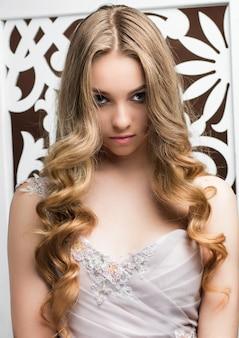 Portret van een jong meisje met lang blond haar