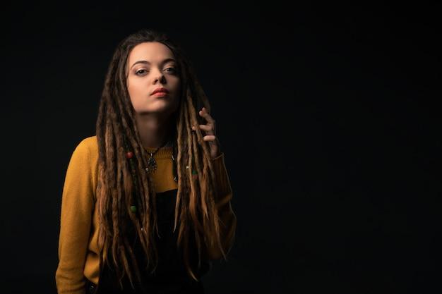 Portret van een jong meisje met ontzetting op zwarte achtergrond. studio schieten.