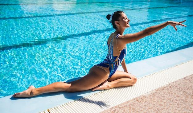 Portret van een jong meisje poseren bij het zwembad