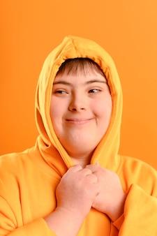 Portret van een jong meisje spelen met hoodie