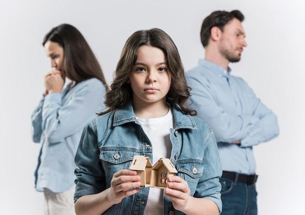 Portret van een jong meisje verdrietig voor het uiteenvallen van de familie