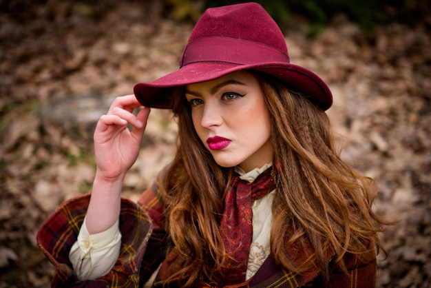 Portret van een jong mooi meisje dat een hoed draagt