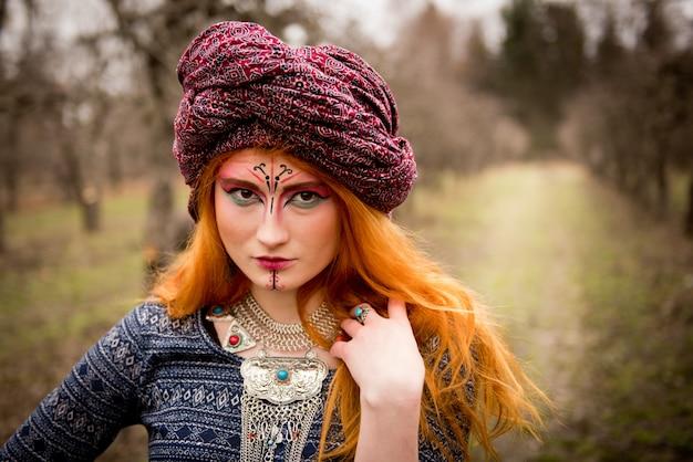 Portret van een jong mooi meisje dat een tulband draagt