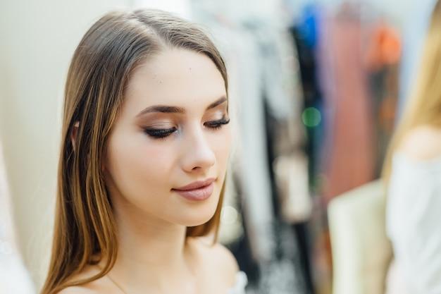 Portret van een jong mooi meisje dat net een make-over heeft gemaakt