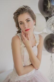 Portret van een jong mooi meisje in sieraden, verkleed meisje