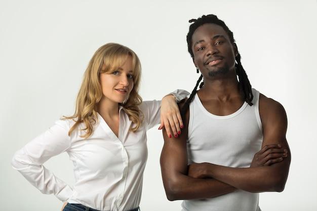 Portret van een jong mooi paar op een witte achtergrond