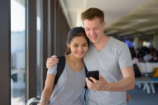 Portret van een jong multi-etnisch paar dat van vakantie samen geniet