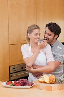Portret van een jong paar dat vruchten eet