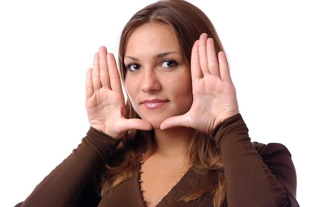 Portret van een jong prachtig meisje met natuurlijke make-up, bruin lang haar,