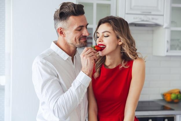 Portret van een jong romantisch slim gekleed paar