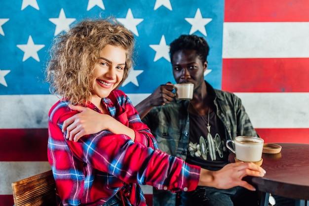 Portret van een jong stel dat samen in een coffeeshop ontspant.
