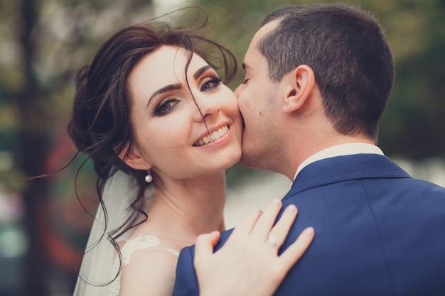 Portret van een jong stel op hun trouwdag