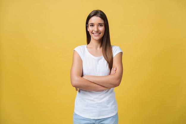 Portret van een jong tienermeisje met een gezonde huid die een gestreepte top draagt en naar de camera kijkt. blanke vrouw model met mooi gezicht poseren binnenshuis.