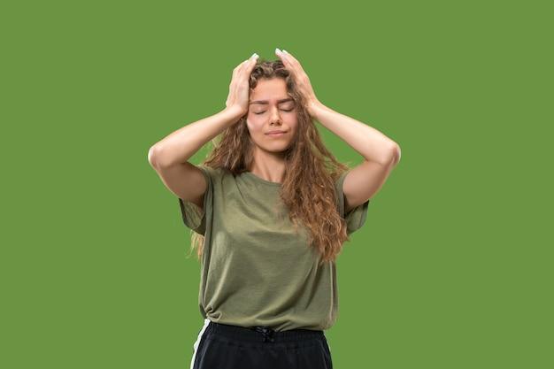 Portret van een jong tienermeisje met hoofdpijn