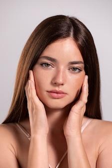 Portret van een jong vrouwelijk model