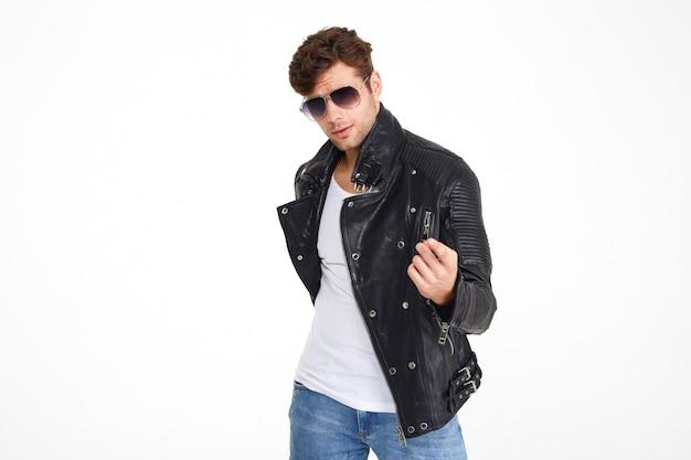 Portret van een jonge aantrekkelijke man in een leren jas