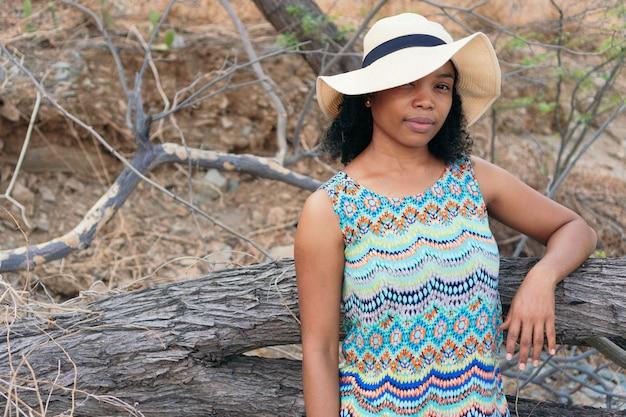 Portret van een jonge afro-amerikaanse vrouw die in de open lucht staat