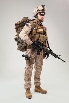 Portret van een jonge amerikaanse soldaat van de us marine corps