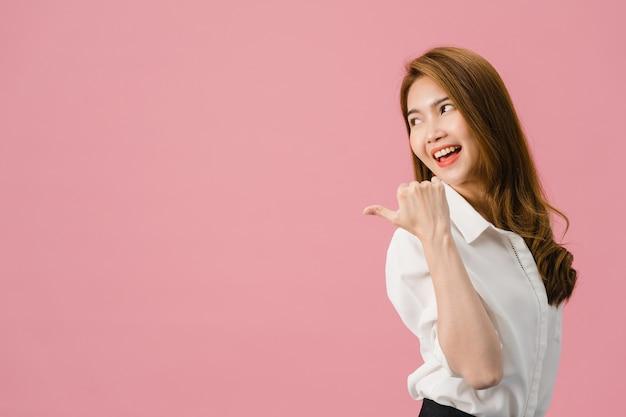 Portret van een jonge aziatische dame die lacht met een vrolijke uitdrukking