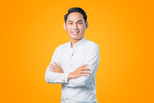 Portret van een jonge aziatische man die lacht met gekruiste armen