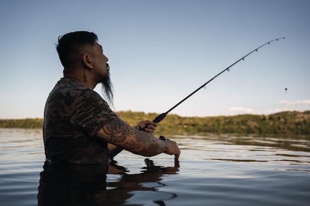 Portret van een jonge aziatische man vissen