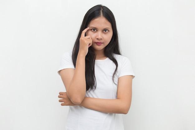 Portret van een jonge aziatische vrouw denkt