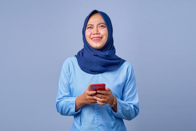 Portret van een jonge aziatische vrouw die een smartphone vasthoudt en zich verdrietig voelt?