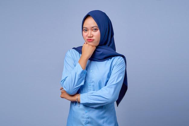 Portret van een jonge aziatische vrouw die hijab draagt en zich verveelt