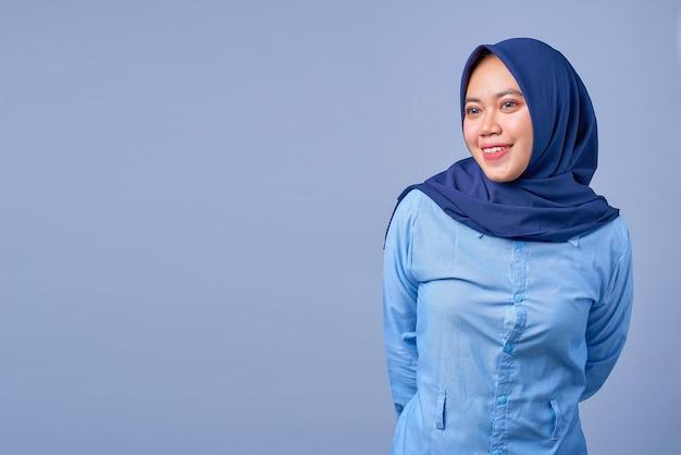 Portret van een jonge aziatische vrouw die hijab draagt en zijwaarts kijkt