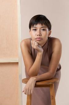 Portret van een jonge aziatische vrouw die zich voordeed in herfstkleren
