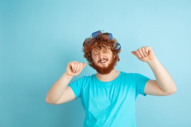 Portret van een jonge blanke man in zijn schoonheidsdag en huidverzorgingsroutine. mannelijk model met natuurlijk rood haar dat zijn kapsel doet, heeft meer krullen nodig.