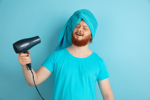 Portret van een jonge blanke man in zijn schoonheidsdag en huidverzorgingsroutine