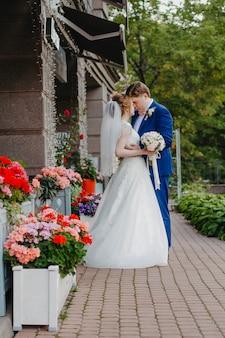Portret van een jonge bruid en een bruidegom in een park. jonggehuwden kijken elkaar aan.