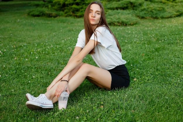 Portret van een jonge brunette vrouw in een wit t-shirt