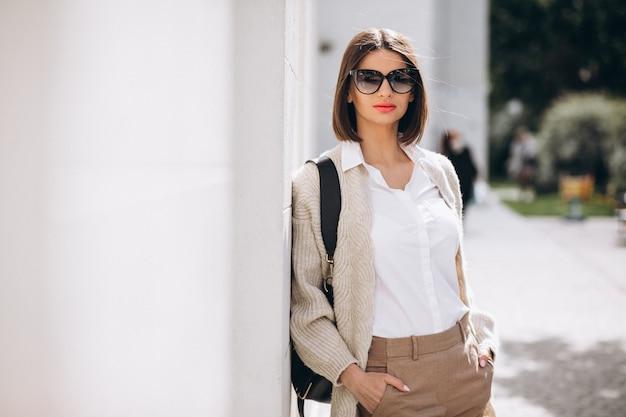 Portret van een jonge dame die buiten de stad loopt