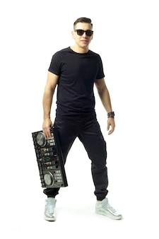 Portret van een jonge dj geïsoleerd op een witte achtergrond