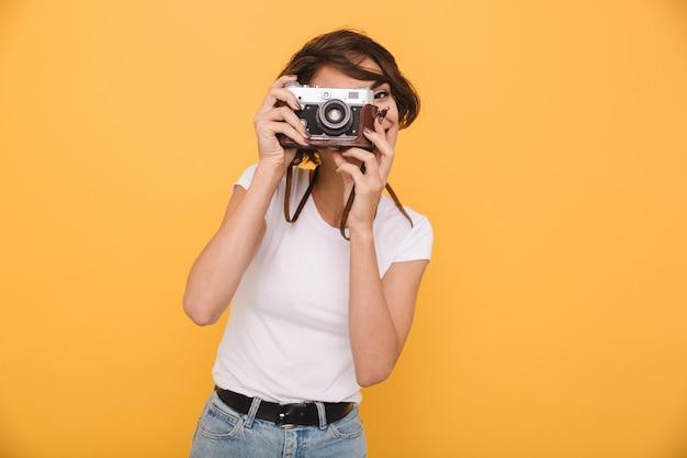 Portret van een jonge donkerbruine vrouw die een foto maakt
