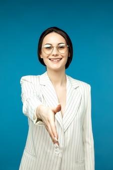 Portret van een jonge elegante vrouw met een glazen groet